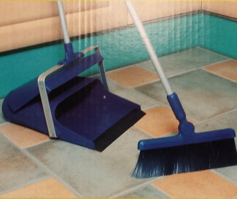 Ständer-Kehrgarnitur, großer Klappbehälter (Kehrschaufel) + Besen | orange/silber | hygienische und ergonomische Schmutzbeseitigung